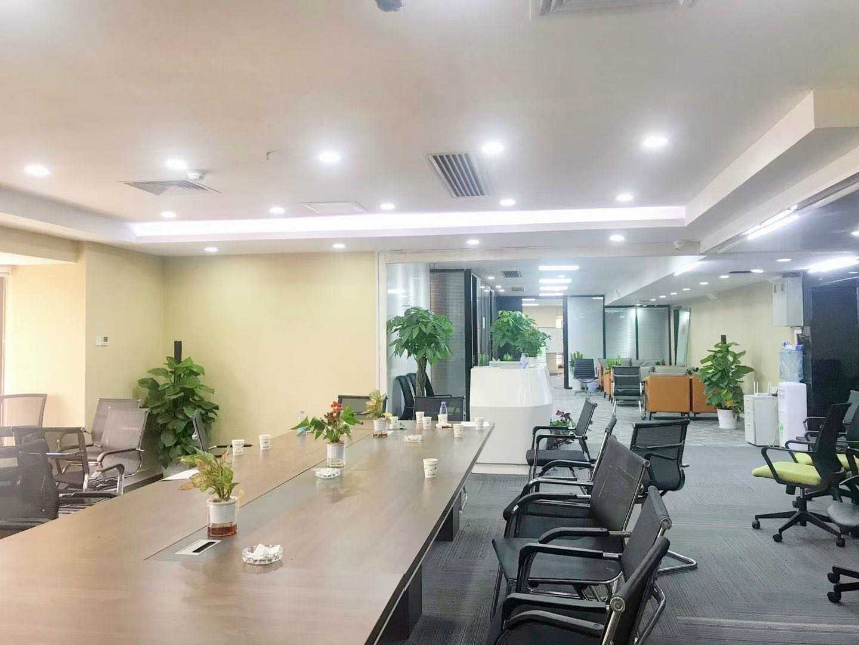 地标建筑国贸大厦高区正电梯口带家私办公室出租