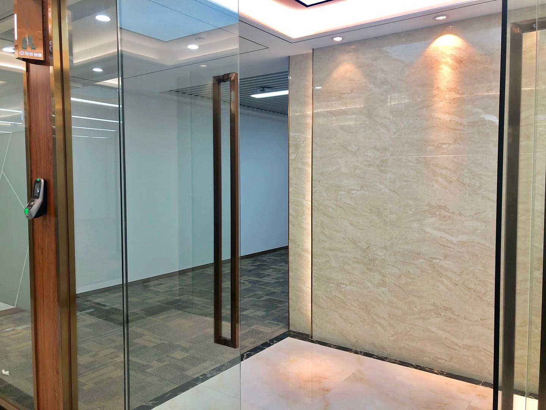 宝安西乡摩斯创投大厦精装修145平户型方正电梯口带家私